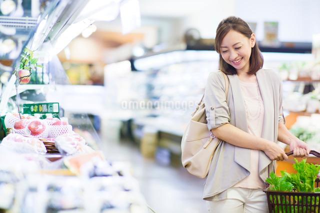 スーパーで買い物をする笑顔の女性の写真素材 [FYI01654581]