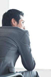イスに座るビジネスマンの写真素材 [FYI01654639]