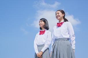 青空と笑顔の女子中学生の写真素材 [FYI01654651]
