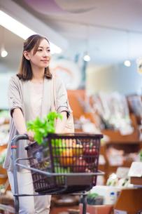 スーパーで買い物をする女性の写真素材 [FYI01654659]