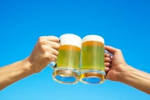 ビールジョッキを持つ2人の手の写真素材 [FYI01654675]