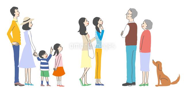 ポスターや看板を見ている人々、家族、主婦、老夫婦のイラスト素材 [FYI01654832]