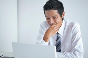 パソコンを見つめるビジネスマンの写真素材 [FYI01654847]