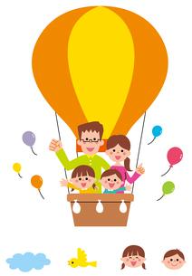 黄色の気球に乗った家族・アイコンのイラスト素材 [FYI01654855]
