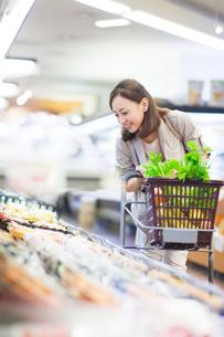 スーパーで買い物をする女性の写真素材 [FYI01654871]