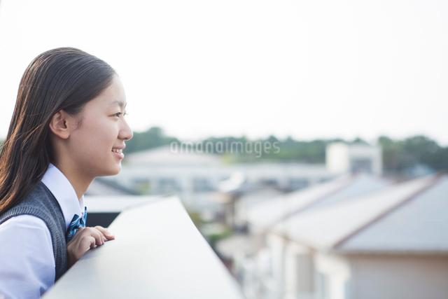 遠くを見つめる女子学生の写真素材 [FYI01654884]