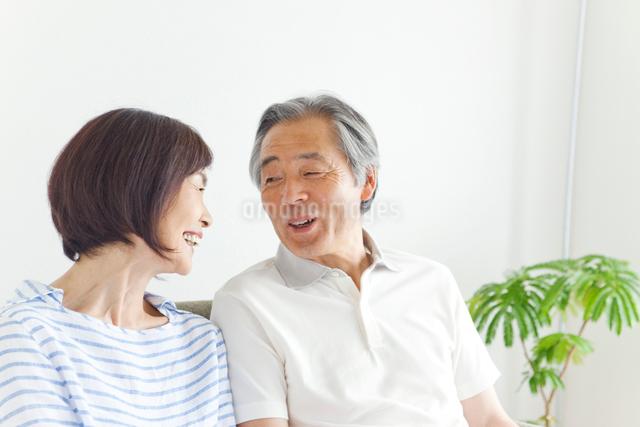 見つめ合う笑顔のシニア夫婦の写真素材 [FYI01654966]