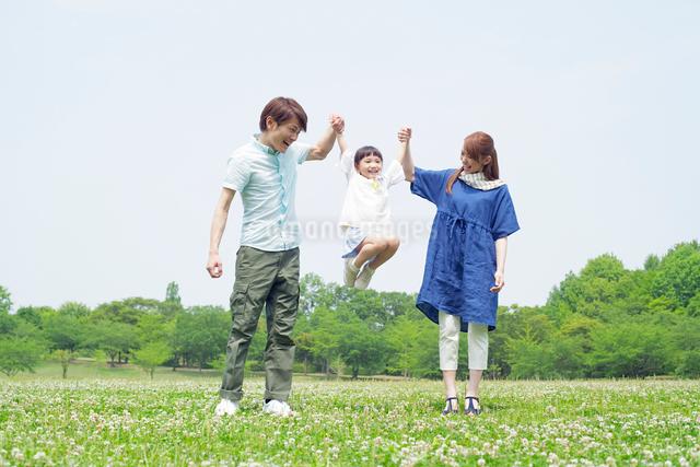 手をつなぐ笑顔の日本人家族の写真素材 [FYI01655037]