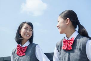 青空と笑顔の女子学生の写真素材 [FYI01655125]