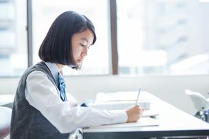 勉強する女子学生の写真素材 [FYI01655154]