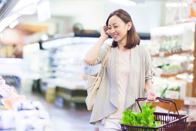 スーパーで買い物をする笑顔の女性の写真素材 [FYI01655160]