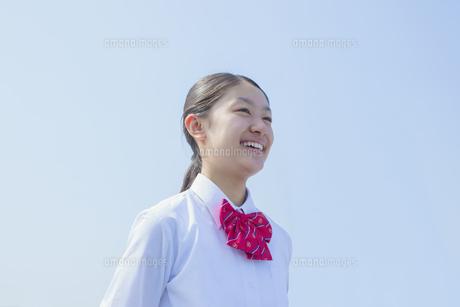 青空と笑顔の女子中学生の写真素材 [FYI01655172]