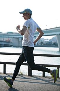 ランニングをする男性の写真素材 [FYI01655181]