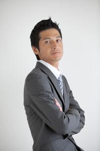 腕組みするビジネスマンの写真素材 [FYI01655204]