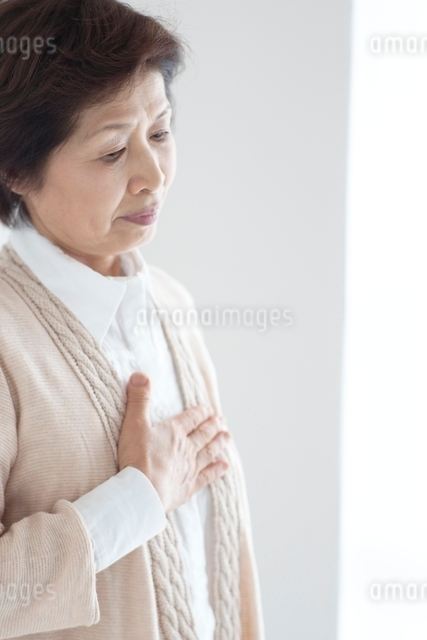 胸に手をあてるシニア女性の写真素材 [FYI01655251]
