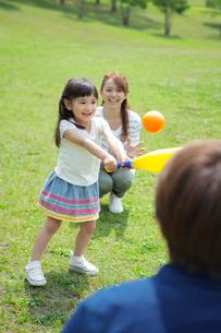 公園で野球をして遊ぶ家族の写真素材 [FYI01655277]