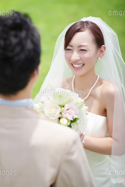 新郎を見つめる笑顔の新婦の写真素材 [FYI01655289]