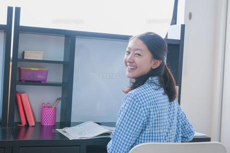 笑顔の女子中学生の写真素材 [FYI01655306]