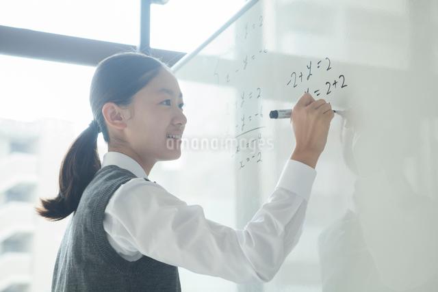 ペンを持つ女子学生の写真素材 [FYI01655345]