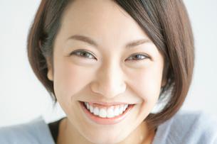 笑顔の20代女性の写真素材 [FYI01655404]