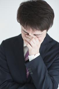 悩むビジネスマンの写真素材 [FYI01655447]