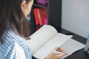 勉強する女子中学生の写真素材 [FYI01655483]