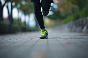 ランニングをする男性の足元の写真素材 [FYI01655565]