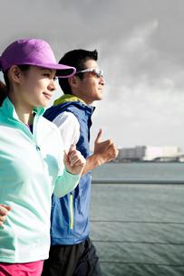 ジョギングする男女の写真素材 [FYI01655644]