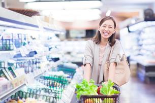 スーパーで買い物をする笑顔の女性の写真素材 [FYI01655659]
