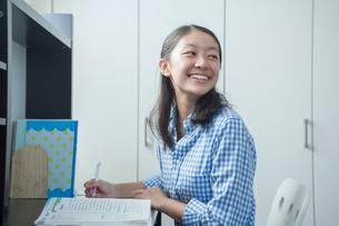 勉強する女子中学生の写真素材 [FYI01655669]
