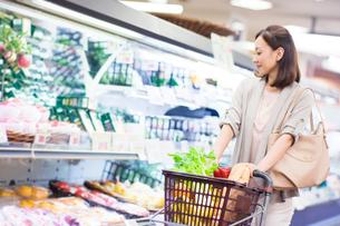 スーパーで買い物をする女性の写真素材 [FYI01655710]