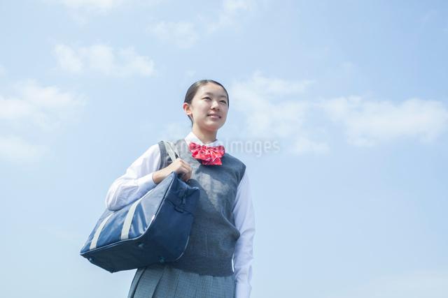 青空と女子中学生の写真素材 [FYI01655738]