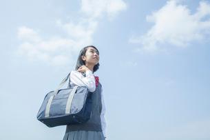 空を見上げる女子中学生の写真素材 [FYI01655750]
