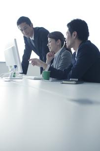 ミーティングをする3人のビジネスパーソンの写真素材 [FYI01655960]