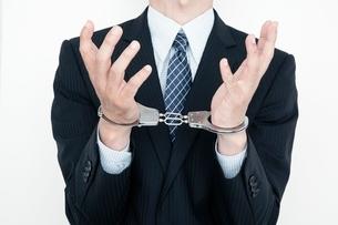 手錠をつけたビジネスマンの手元の写真素材 [FYI01656034]