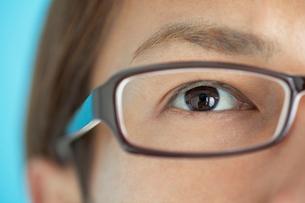 メガネをかけた男性の目元の写真素材 [FYI01656063]
