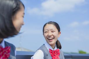 青空と笑顔の女子中学生の写真素材 [FYI01656068]