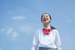 青空と笑顔の女子中学生の写真素材 [FYI01656157]