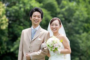 笑顔の新郎新婦の写真素材 [FYI01656202]