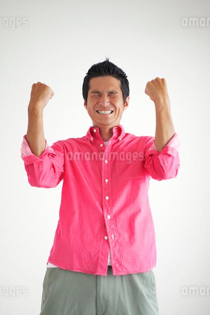 ガッツポーズをとる男性の写真素材 [FYI01656220]