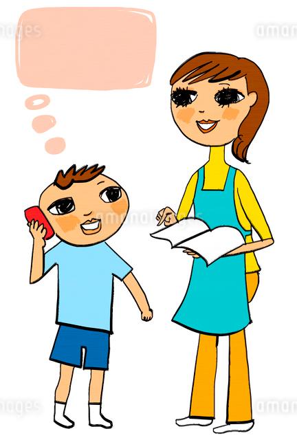 ノートを持つ母親と電話をかけている少年のイラスト素材 [FYI01656237]