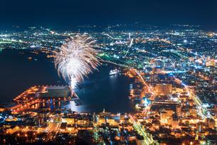 函館山展望台から函館市街地の夜景と花火の写真素材 [FYI01656614]