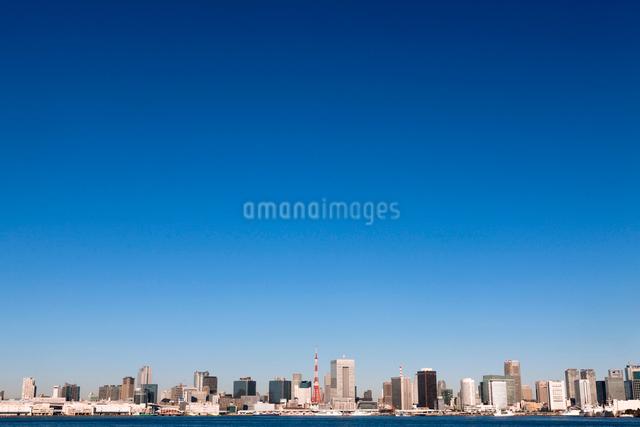 東京湾臨海のビル群の写真素材 [FYI01656652]