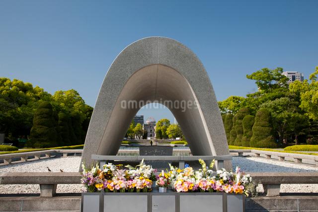 広島平和記念公園の原爆死没者慰霊碑の写真素材 [FYI01656690]