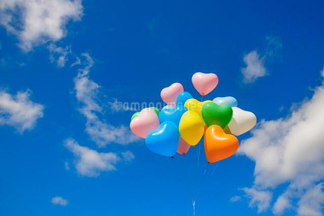 風船と雲の写真素材 [FYI01656733]