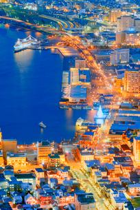函館山展望台から函館市街地の夜景の写真素材 [FYI01656950]