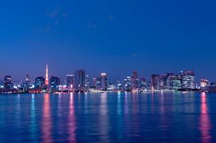 お台場からの東京湾の夜景の写真素材 [FYI01656961]