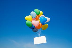 風船と青空の写真素材 [FYI01656978]