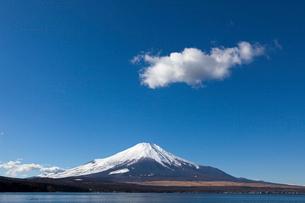 山中湖と富士山の写真素材 [FYI01657003]