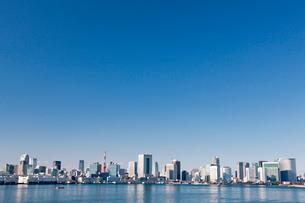 東京湾とビル群の写真素材 [FYI01657011]